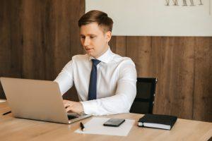 erp para la gestion de empresas - en la computadora
